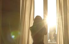 Cách một lớp cửa kính, tắm nắng có thể giúp hấp thụ vitamin D cho cơ thể?