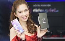 Ngọc Trinh trên tay Galaxy Z Flip trong ngày mở bán tại Việt Nam
