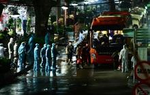 Ảnh: Đoàn xe vận chuyển 600 người nhà bệnh nhân Bạch Mai đến khu cách ly tập trung