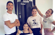 Vui vẻ không quạo, Ronaldo đáp trả chỉ trích bằng tấm ảnh cười tươi như hoa cùng lời khuyên cho mọi người: Hãy luôn chăm sóc, quan tâm đến người thân trong gia đình!