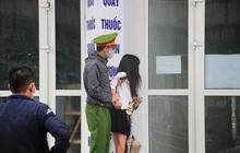 Hà Nội: Cảnh sát kiên nhẫn thuyết phục cô gái định trốn khỏi chung cư cách ly nơi có 2 vợ chồng dương tính lần 1 với Covid-19