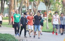 Ảnh: Bất chấp quy định xử phạt hành chính, nhiều người dân ở Hà Nội và Sài Gòn vẫn không đeo khẩu trang đến công viên tập thể dục
