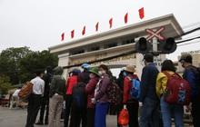 Chùm ảnh: Bệnh nhân xếp hàng dài làm thủ tục để vào viện Bạch Mai chạy thận