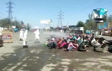 """Chuyện phong tỏa ở đất nước 1,3 tỉ dân: Hàng nghìn người Ấn Độ về quê bị """"tắm"""" trong thuốc khử trùng ngay giữa đường"""