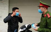 Nhiều người Hà Nội bị nhắc nhở hạn chế ra ngoài, tập thể dục và đeo khẩu trang xung quanh các phố trung tâm