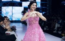 Bộ váy Mai Phương diện trong lần hiếm hoi diễn catwalk được bán đấu giá để hỗ trợ con gái cô
