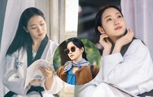 """""""Người yêu Lee Min Ho"""" tung ảnh cực sến ở Bệ Hạ Bất Tử: Cô cảnh sát sành điệu Kim Go Eun hoá """"bánh bèo bên hoa huệ""""?"""