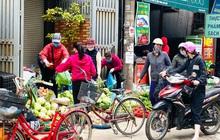 Chợ dân sinh Hà Nội tấp nập ngày cuối tuần ngay sau biển cấm họp chợ