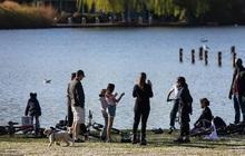 Covid-19: Hơn 3.000 người tụ tập tắm nắng, công viên tại Anh đóng cửa