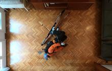 Ở nhà tránh dịch, thanh niên tự chế ra cách sống ảo siêu ngầu, làm ảo thuật trượt tuyết ngay trên sàn gỗ phòng khách