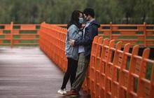 """Các cặp đôi Vũ Hán nô nức """"nên duyên"""" sau thời gian phong tỏa vì dịch, khiến ứng dụng đăng ký kết hôn cũng quá tải"""