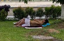 Hình ảnh cặp đôi ăn mặc mát mẻ, vô tư nằm ôm ấp nhau ngoài bãi cỏ giữa cái nắng nóng 40 độ khiến nhiều người khó chịu