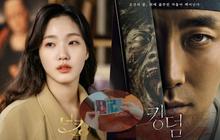 """Cười quỳ khi soi ra bức ảnh Kim Go Eun (Quân Vương Bất Diệt) """"lên đồ"""" hoàng hậu là chụp với """"poster ghẻ"""" của Kingdom, nghĩ mà tức luôn á!"""