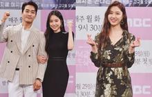"""Nữ thần body huyền thoại Kpop khoe vòng eo khó tin bên tài tử Song Seung Hun, ai dè bị mỹ nhân """"Crash landing on you"""" lấn át tại họp báo"""