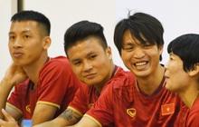 """Tuấn Anh tán gẫu cực vui cùng các nữ tuyển thủ, Quang Hải gặp sự cố """"lạc đường"""" hài hước trong phòng họp báo"""