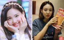 """Trước thềm comeback, Nayeon (TWICE) bất ngờ livestream... bán hàng online làm fan cười ngất: Sắp thành """"hotgirl chốt đơn"""" luôn hả chị?"""