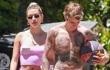 """Vợ chồng Justin Bieber diện đồ đôi cây hồng chói: Chồng cởi trần khoe body cũng không nổi bằng bà xã """"thả rông"""" táo bạo"""