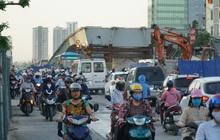 """Hà Nội: Giao thông ùn tắc, người đi bộ """"chặn đầu"""" xe buýt tại nút giao đang thi công đường vành đai 2,5"""