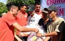 Hoàng Đức, Danh Trung cùng CLB Viettel tích cực làm từ thiện khi đến Khánh Hoà thi đấu