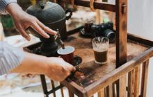 Quán cà phê vỉa hè vừa bé lại cũ kỹ nhất nhì Hà Nội, tồn tại suốt gần thế kỷ với 4 đời tiếp nhận nhưng vẫn đông khách vô cùng, 1 ngày bán cả nghìn cốc