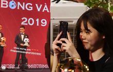 Huỳnh Anh ngắm nhìn say đắm, chăm chú ghi lại khoảnh khắc Quang Hải lên bục nhận giải