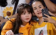"""Huỳnh Anh tạo dáng chụp ảnh khi cổ vũ Quang Hải: Cũng xinh tươi lắm chứ, do góc máy chẳng may """"dìm"""" thôi"""