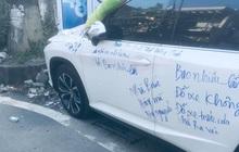 Ngán ngẩm chiếc xe Lexus đỗ trước nhà dân, bị người trong nhà viết kín chữ