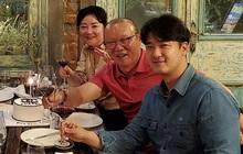 Vợ chồng thầy Park nâng ly rượu vang, chúc mừng sinh nhật HLV thể lực tuyển Việt Nam