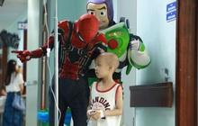 """Ấm lòng những """"siêu anh hùng"""" mang niềm vui đến cho các em bé mang bệnh ung thư ngày 1/6 và câu chuyện cảm động về những chiếc điện thoại bên giường bệnh"""