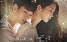Kim Soo Hyun kề má âu yếm sát rạt nữ chính ở poster Psycho But It's Okay, cụ ngày càng yêu đương mặn mòi nhỉ?
