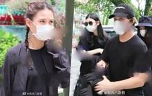 Gia tộc trùm sòng bạc lần đầu lộ diện tổ chức lễ viếng: Ming Xi tiều tụy, Hà Du Quân mặt biến sắc vì câu hỏi nhạy cảm