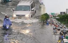 Đường phố Sài Gòn ngập lênh láng sau cơn mưa lớn, người dân khổ sở dắt xe lội nước trên đường