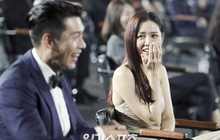 """Cameraman của Baeksang tự """"soi"""" luôn tá hint của Hyun Bin - Son Ye Jin: Liếc qua liếc lại, sao đáng nghi quá?"""