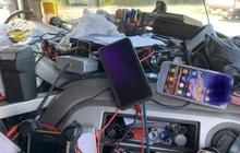 Tuýt còi xe tải vào kiểm tra, cảnh sát tá hoả khi thấy đống rác ngập ngụa che hết cả tầm nhìn trong buồng lái