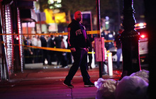 Chặn đám đông cướp bóc, cảnh sát Mỹ bị đâm dao vào cổ