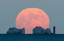 Ngất ngây với một loạt khoảnh khắc về hiện tượng mặt trăng dâu tây hiếm có diễn ra vào đêm qua, rạng sáng nay