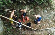 Hạn hán nghiêm trọng, học trò biên giới tan trường lại lặn lội vào rừng tìm nước