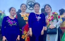 Mặc áo dài lên đỉnh Fansipan tham quan nhưng điện thoại hết pin, 4 bác gái được chàng trai lạ mặt chụp ảnh giúp rồi đăng hẳn lên MXH trả ảnh