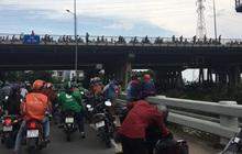 Thêm một thanh niên bỏ lại balo và đôi dép rồi nhảy cầu Sài Gòn tự tử, nhiều người đứng livestream gây ùn tắc giao thông