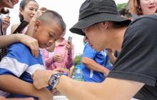 Công Phượng diện đồng hồ hàng hiệu giá trăm triệu, mướt mồ hôi ký tặng fan nhí