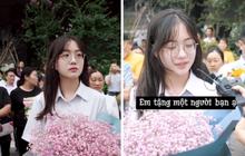 """Khoảnh khắc đáng yêu nổi rần rần Weibo: Gái xinh cầm hoa tặng bạn trước điểm thi, nhưng: """"Chúng mình chỉ là bạn"""""""