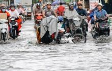 Người Sài Gòn té ngã trên đường ngập sâu, bỏ xe máy nằm lăn lóc dưới nước để bảo vệ đồ đạc