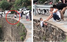 Treo con trai trên mép đường núi hiểm trở để chụp ảnh sống ảo, ông bố vô tâm khiến cộng đồng mạng phẫn nộ dữ dội