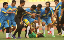 """Cầu thủ Indonesia đánh hội đồng trọng tài gây sốc, nạn nhân bàng hoàng kể lại: """"Họ đá cho tôi ngã xuống rồi giẫm rách cả mặt"""""""