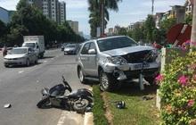 Xe biển xanh của UBKT tỉnh Nghệ An tông cô gái đi xe máy điện
