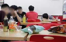 Sinh viên chen nhau ôn thi cuối kỳ ở cửa hàng tiện lợi đến 2-3h sáng vì nắng nóng