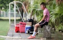 """Quang Hải chưa hết chấn thương đã lại gặp bệnh, ngồi lẻ loi xem đồng đội tập luyện trước trận """"derby Hà Nội"""""""