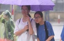 Gần 4.000 học sinh đội mưa đi thi vào lớp 10 THPT chuyên Ngoại ngữ, tắc đường kinh hoàng khiến phụ huynh mệt bơ phờ