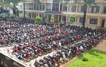 Sướng mắt: Hàng trăm chiếc xe máy xếp gọn đều tăm tắp, đỗ chật kín trong sân trường