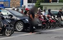 Đang chờ đèn đỏ, người đàn ông bước xuống từ ô tô để tiểu bậy giữa ngã tư Khuất Duy Tiến khiến nhiều người phẫn nộ